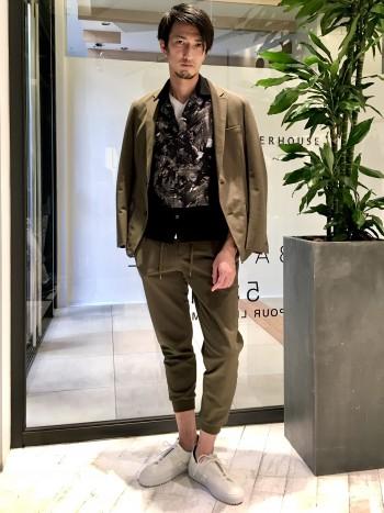 特殊なメッシュ素材で機能も着心地も抜群です。テレワークにも最適。普段のジャケットサイズは46でジャストですが、やや細めです。それでもストレッチ抜群で着やすいです。