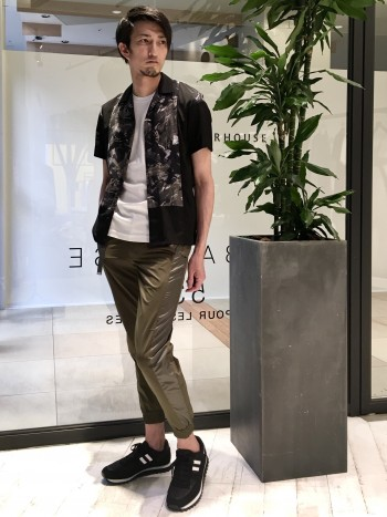 足のサイズ26.5cmでサイズ42を着用。個人差はあると思いますが2・3回の着用で、さらに履き心地が良くなりました。カラーバランスも良く、トップス・パンツの色合わせもしやすいです。