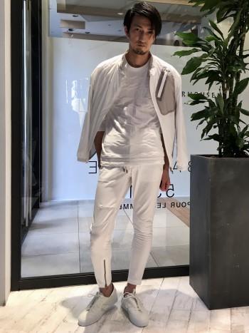 着丈は少し長めです。ショートアウターの裾から出して着る事が出来るので、レイヤードでコーディネート出来ます。