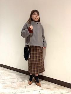 少し丈が短めで、大き目のボタンが特徴的なコートです(*^^)v デニムでカジュアルに着ても、綺麗めなスカートに合わせて上品にも着れるのでいろいろなシーンで着れると思います♪