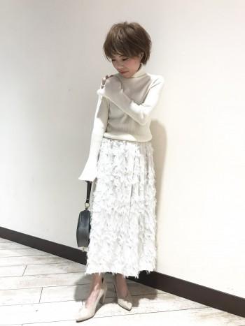 ジャガード素材を使ったスカート。  インパクトのある豪華な印象ですが、ベースの色とジャガード部分が同系色なので主張し過ぎず大人な雰囲気で着こなしていただけます。