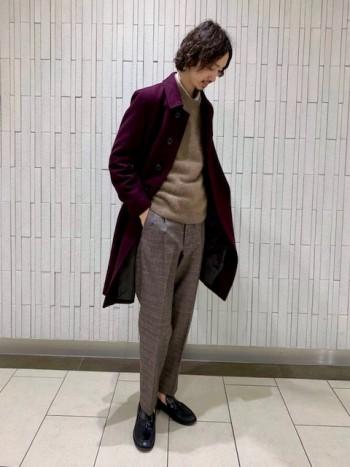 普段通りサイズ46を着用しています。中にジャケットが着れるくらいの余裕があります。