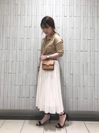 光沢感のある素材感が、存在感抜群!自然と広がる裾が女性らしく軽やかな雰囲気に仕上げてくれます!