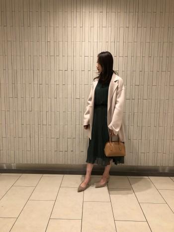 今年らしいニュアンスカラーと、ミディー丈が新鮮なリバー仕立てのコート。 オーストラリア羊毛のSuper100という上質な羊毛のみを贅沢に使用し、ナイロンをブレンドしたスペシャルなコート地。 上品な艶とソフトな風合いが魅力です。