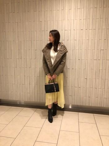 人気定番スカートの新色イエローです。 黄色味が抑えられているので、明るめの色も合わせやすいカラーです。