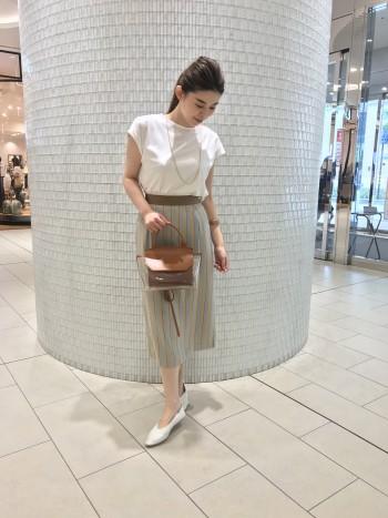 光沢感もあり綺麗目に履けるデザイン。 タックでヒップ周りにゆとりがあります。