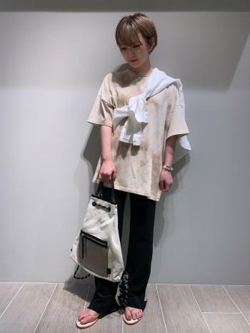 年齢24歳/普段のサイズS お袖をロールアップしたほうが 小柄な方はスッキリとして 着やすいかと思います。