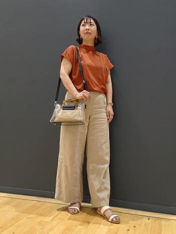 いつもサイズで大丈夫でした!3cmのウェッジで安定して履けます!軽量かつ着脱が簡単!太めのベルトで甲をおさえているのでフィット感が良いです!