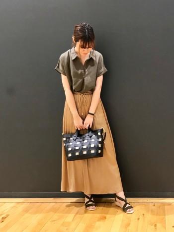 涼しげなデザインのフェイクレザーのバッグ。シンプルですがコーディネートのポイントになるデザインです。