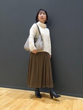 いつもの35サイズでぴったりでした!7.5cmヒールは程よく太めなので安定しつつ、女性らしい軽やかな足元をつくってくれます!