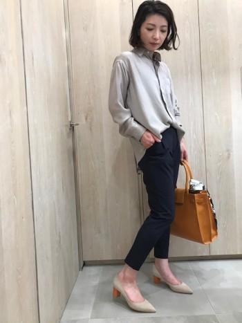 他のパンツよりワンサイズ下でも履けます。タテヨコに伸びるストレッチ素材でシワにもならず、ヘビロテしても痛みがでずらい万能さ。シルエットもキレイなテーパードで美脚に見えます