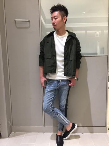 普段通りのサイズ46を着用しています。定番型のスキニーとは違い、ウエスト~ヒップ周りに関してはジョガーらしい緩さがあって、個人的にはベストなシルエットです。膝下のファスナーがデザイン兼、実用的で脱ぎ履きにストレスがありません。とにかく楽です。