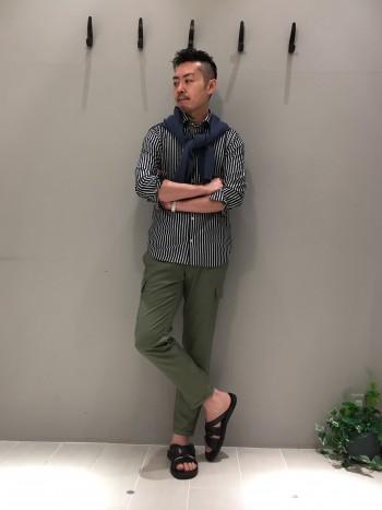 普段通りのサイズ48を着用しています。 裾はインでもアウトでも着て頂きやすい長さです。 インの場合は伸縮性が効いているので、裾が出にくくなっています。