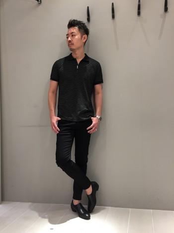 サイズ48を着用しています。 身幅、着丈ともにスッキリしたシルエットに仕上げてあります。 通気性は抜群に良くて、透け感も抑えてありますので、一枚で快適に着れると思います。