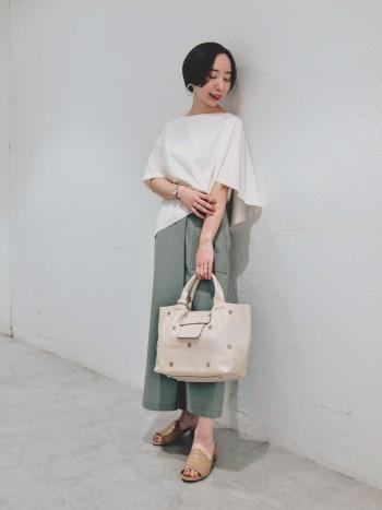 前から見ても後ろから見てもスカートのように見えるパンツです。