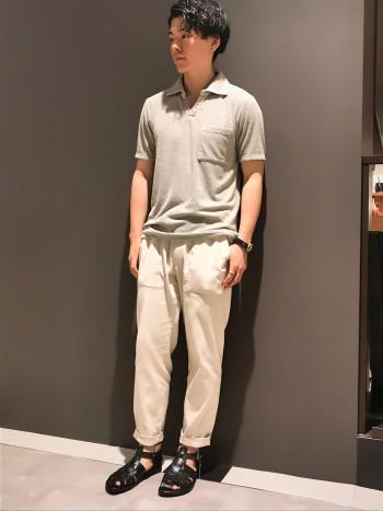サラッとした生地感のワイドテーパードです。 通常44ですが、46でウエストを絞れば綺麗に穿けます。