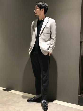 ややゆったりしていますが、オーバーサイズ過ぎず着回しやすいサイズ感です。長い期間着られる生地感です。 通常着用の48サイズで丁度良く着られます。