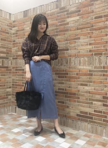 襟元は開きすぎないデザインで抜き襟もしやすいです。 バックボリュームでスカート、パンツ両方に合わせられます。