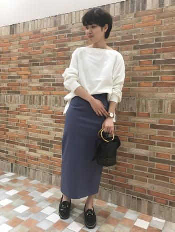 スウェットのカジュアル感をオフショルでキレイ目に使えます。 丈感も長すぎないので、パンツ、スカートどちらでも使いやすいです。