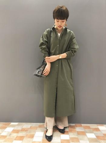 パリッとした素材感なので、たくし上げた時の袖のシワ感が綺麗にでます。 身長165㎝で長さは長めですが、小柄な方はベルトをつけてお使いいただいても着ていただきやすいです。