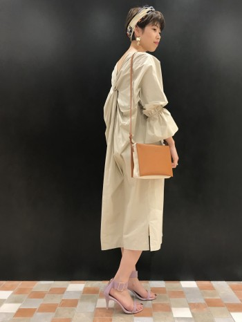 丈も長すぎず、裾はスッキリしているので袖口のボリュームとのバランスがとても良いです。 程よい肌見せなのでさりげない女性らしさのあるワンピースです。