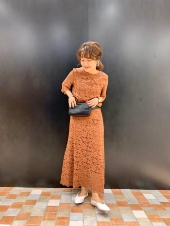 切り替えの多いフレアスカート。 立体感がでるシルエットなのでボディラインを美しく魅せてくれます。
