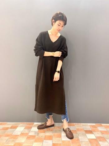 身長165cmの私が着ても短過ぎず1枚でも楽しめる丈感です。 程良くデニムの裾を見せることもできます。