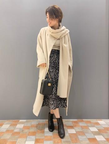 身長165cm。サイズ36。 ジャガード織りのスカートです。大きめのコートを羽織っても、張り感のある素材が存在感をしっかり魅せてくれる1着です。