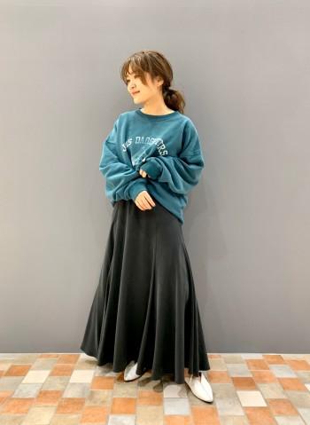 身長150cm。サイズFREE。 オーバーサイズですので、ざっくり着られます。 首元の開きが綺麗ですので、着られている感はなく着られます!