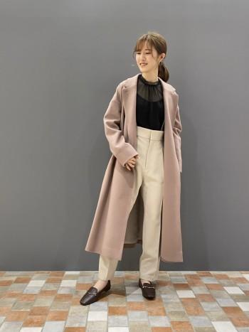 程よい透け感で、袖や丈が少し長めです。 首元が華やかに見えるのが可愛いポイント♪