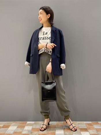 36サイズ着用で、裾にクシュっとたまる長さです。 ウエストやヒップもゆったりめです。 生地もかなり柔らかいのでストレスフリーで履いていただけますよ。
