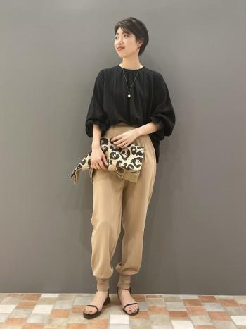 通常36サイズでウエストはぴったりでしたが、ヒップなどはゆとりがあるのでストレスなく履けました。 裾のリブはフィット感がありますが、柔らかい素材なのであまり気にならなかったです。