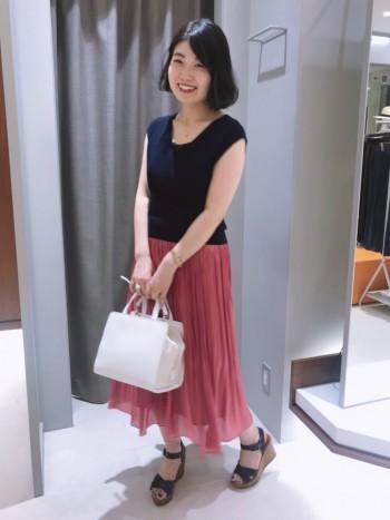 たっぷりギャザーで光沢を抑えつつも動く度に印象が変わる軽やかに仕上げたスカートとなっております。コーディネートのさし色となるピンクが可愛いです♡
