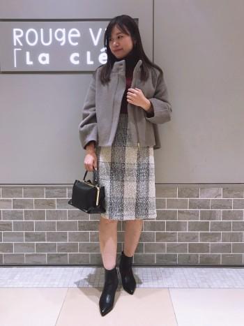 コクーン型の袖が女性らしく可愛いです♪ボトムを選ばないショート丈コートは一着持っておくと使えそうです◎