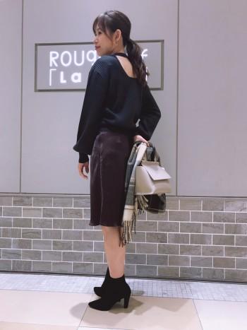 背中が丸く空いたバックシャンなリブニットは大人の女性にピッタリの一着。正面から見たシルエットはベーシックなのでボトムとも合わせやすいです◎