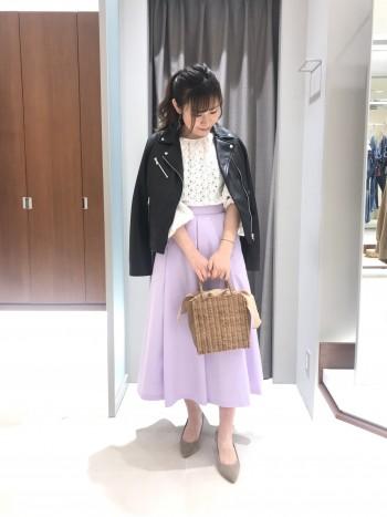 大きめのタックがキレイなフレアを作ってくれるスカート。アクセントのポケット付きも嬉しい♪