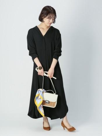 とろみ素材でさらっと着れるワンピースです。裾にはスリットが入っており、休日はレギンスやデニムと重ねてカジュアルに着るのもオススメ。