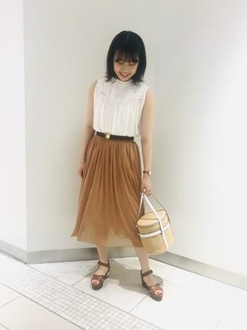 ウエストはゴム仕様で着やすいです。ふわっと柔らかいチュール素材のスカートで、足元も透け感があり上品な印象。