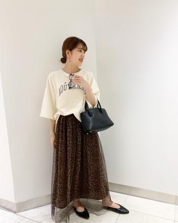 短めの袖丈と柔らかい生地感が今の季節にピッタリです。裾はふんわりと広がっているので出して着ても可愛いです。