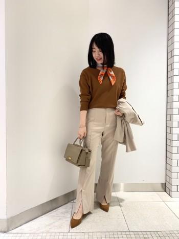 秋らしいテラコッタ(ブラウン)カラー!身頃は程よいゆとりあり。裾に向かって細身になります。パンツスタイルでも合わせやすかったです。