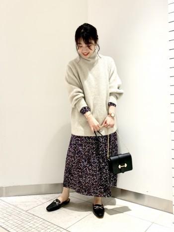 柔らかい毛質で着やすかったです。丈も長めなので、スカートやワンピースのレイヤードスタイルがオススメです。