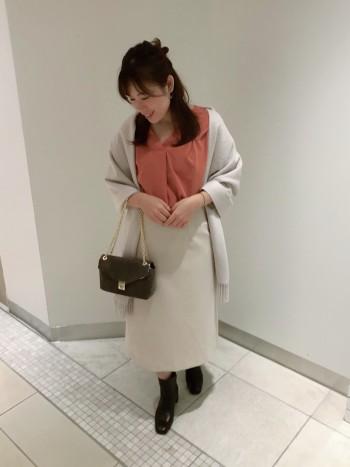 程よい厚みで秋にピッタリなスカート。長過ぎない丈感なので小柄の方にも着やすい1着です。