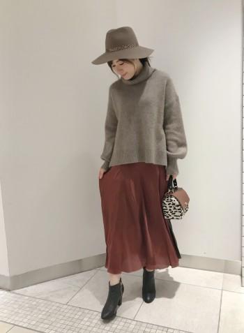 しっかりと毛質感のあるニットで柔らかく暖かかったです。程よい厚みがありますが、フロントの裾が長すぎずボリュームボトムとの相性も◎スッキリと着れるニットです。