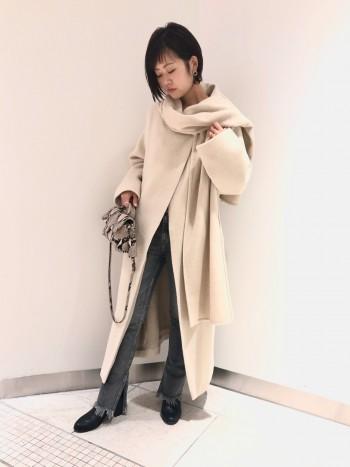 ストール風に巻く事のできるコートは包み込まれるようなとてもふんわりと暖かい着心地です。