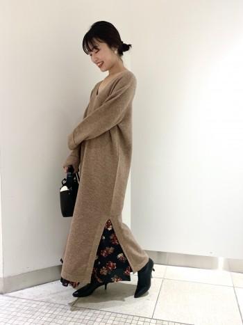 クラシカルな花柄がRougevifらしい1着。ウエストゴムなしでスッキリきれ、裾にかけて上品に広がりシルエットがとても綺麗なスカートです。