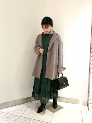 軽い素材で羽織りやすいです。袖もゆったりとしており、厚手のニットも着込めます。スカートにもパンツにも合わせやすい丈感です。