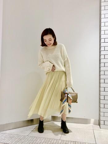 履くだけで全体が明るくなる色です。 春にも重宝できそうな色となっております。