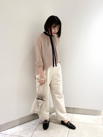 柔らかい生地感で脚をスッキリ綺麗に見せてくれます。ハイウエストでウエストは細身のデザイン。普段Mサイズ着用でジャストサイズで着れました。