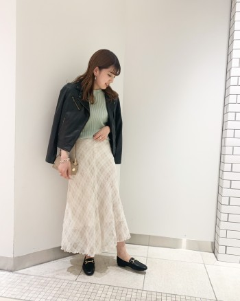 裾ベルトや袖のファスナーが無いのでハードすぎないデザインです。羊革でとても柔らかいです。