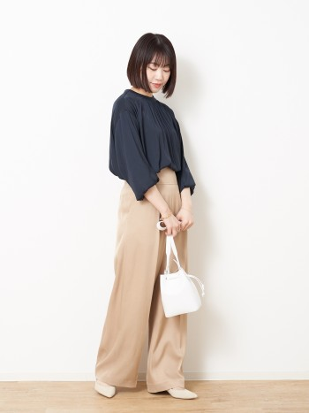とろみのあるさらっとした生地感でとても着やすいです!女性らしい上品雰囲気なので、スカートにもパンツにも合わせやすいです。